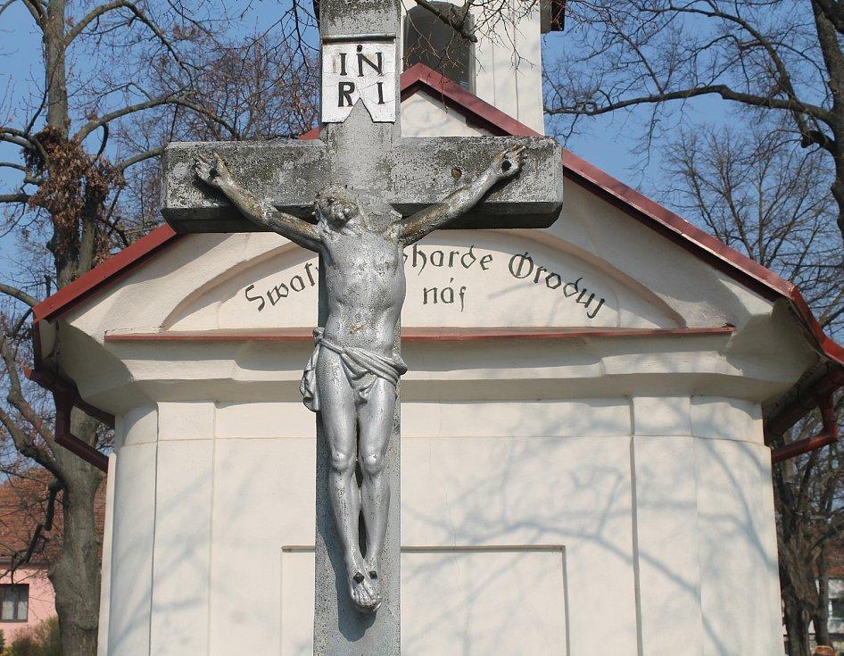 Kříž před kaplí svatého Gottharda.