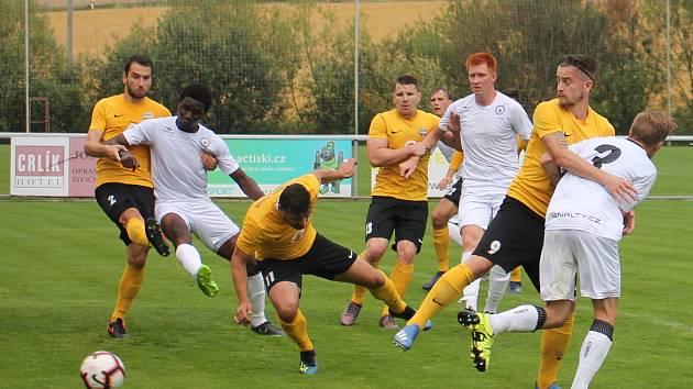 V přípravném utkání účastníků Moravskoslezské ligy porazil Slovan Rosice (žluté dresy) na domácím hřišti MFK Vyškov 4:0.