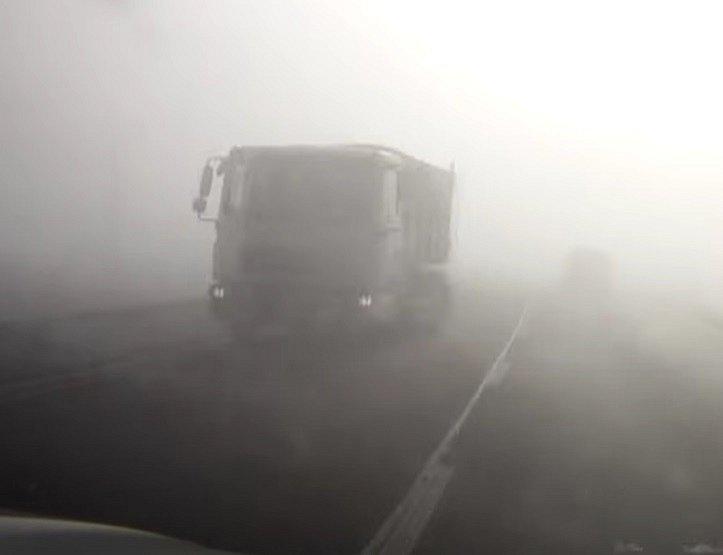 Jen málo chybělo od katastrofy, když se v protisměru na silnici mezi Holubicemi a Slavkovem vynořil z mlhy náklaďák.