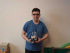 Nadaný školák se přihlásil do kroužku, kde staví roboty z programovatelné stavebnice lego.