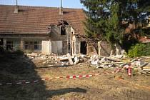 V tomto starém domě našli dělníci sto kilogramů nebezpečných jedovatých látek.