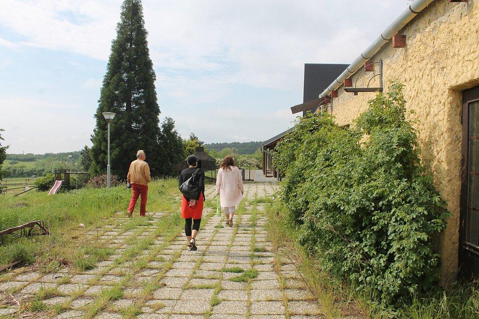 Chátrající farma Bolka Polívky v Olšanech.