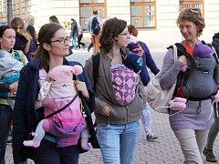 Matky s dětmi v šátcích vyrazily ve Vyškově na pochod k podpoře kontaktního rodičovství.