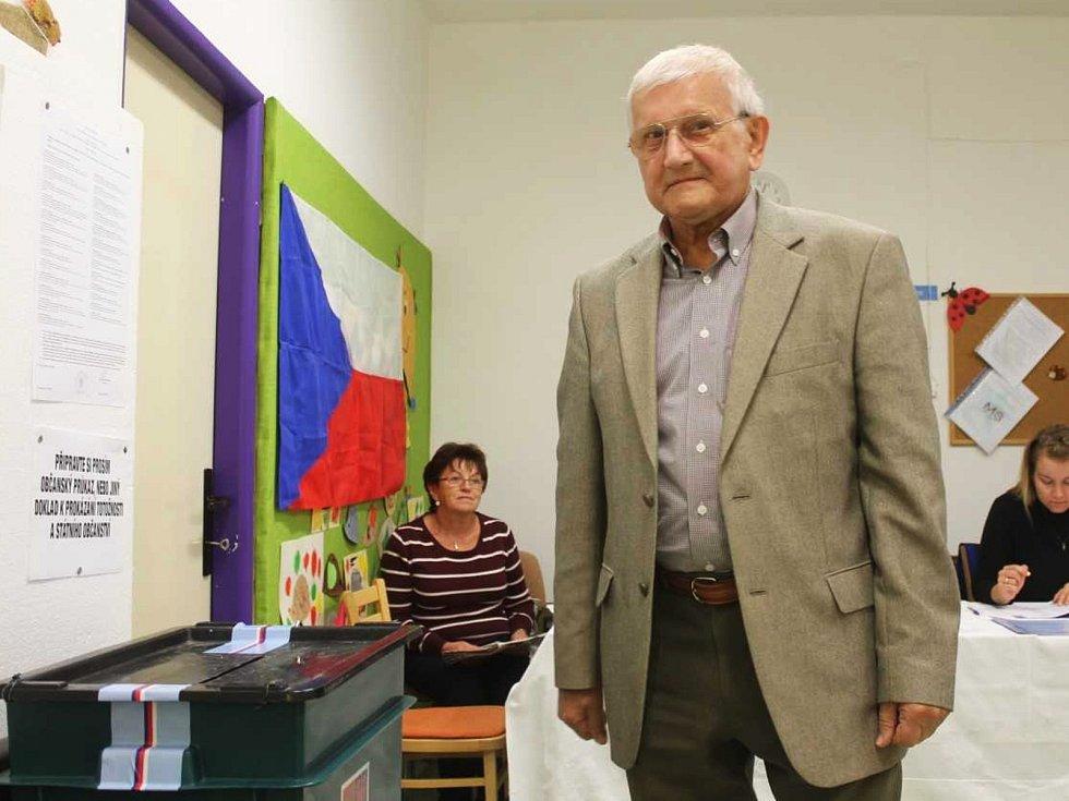 Ve vyškovských Dědicích odvolil v pátek odpoledne v mateřské škole vyškovský opoziční zastupitel Jan Procházka (KSČM).