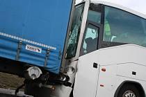 Nehoda autobusu a kamionu u Křižanovic si vyžádala čtyři lehká zranění.