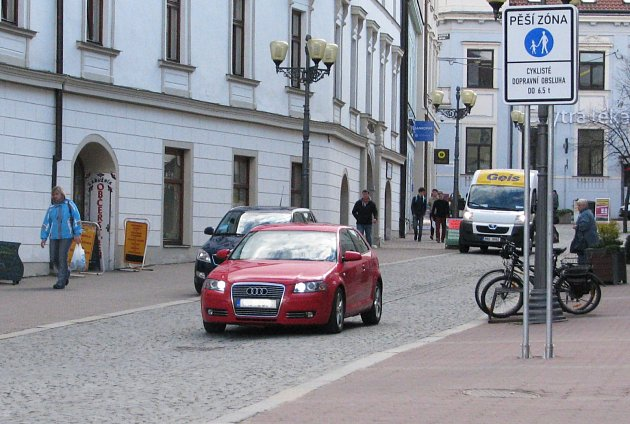 Řidiči nedbající dopravních značek, kteří vjíždějí do pěší zóny vHusově ulici uvyškovského Masarykova náměstí jsou jedním zdůvodů, proč město přistupuje kzamezení vjezdu na kruhový objezd. Pomocí květináčů.