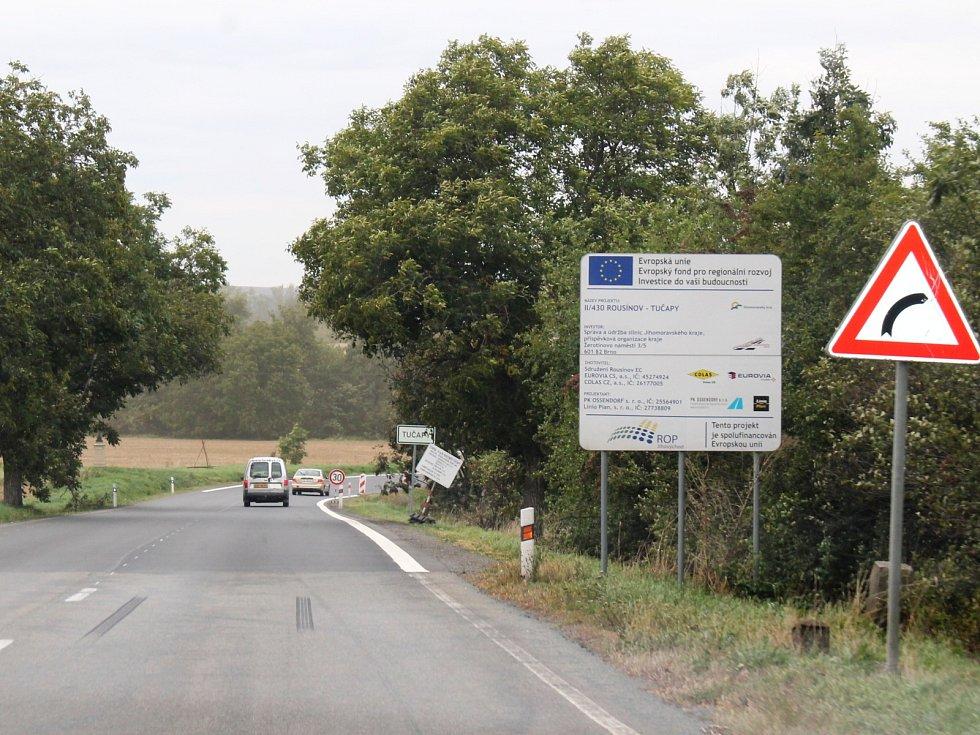 Silnice II/430 má první etapu rekonstrukce za sebou, po vjezdové bráně na začátku Tučap, která měla usměrňovat rychlost aut rozjetých z kopce ve směru od Vyškova, ale není ani památky.