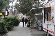 Vysedávají na lavičkách, pokuřují, popíjejí alkohol. Ve vyškovských Smetanových sadech, u autobusového nádraží i jinde. Strážníci do míst pravidelně chodí.