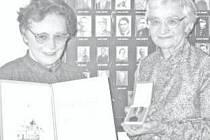 Dcery MVDr. Knésla RNDr. Růžena Svobodová (vlevo) a MUDr. Eva Knéslová po udělení čestného občanství  obce Němčany v roce 1999.