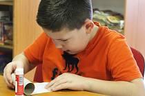 Děti, které ve středu dorazily do bučovické knihovny, si mohly vyrobit sněhuláka z roličky od toaletního papíru. Na prvních letošních dílničkách.