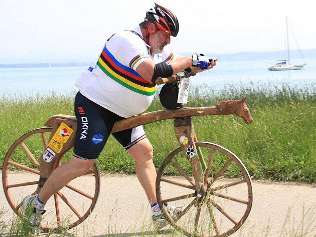 Světový rekord v ujeté vzdálenosti za jeden den na replice historické drezíny překonal Ivan Křivánek ze Slavkova u Brna.