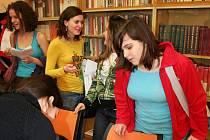 Studenti základních škol a nižších ročníků gymnázií prezentovali své školy v konverzační soutěži v anglickém jazyce.