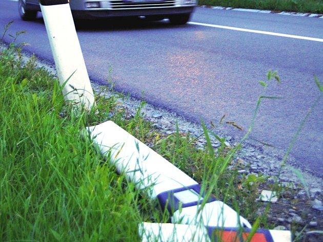 Ulámané patníky u silnice u Vážan nad Litavou.
