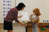 Na Základní škole Letní pole ve Vyškově dostali prvňáčci vysvědčení už ve čtvrtek ráno. Vedení školy jim totiž vyrobí pamětní listy s fotografií z předávání.