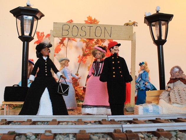 Autorkami výstavy panenek v háčkovaných šatech jsou Simona Mecerodová a Kateřina Citová.