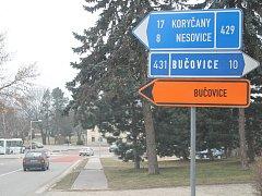 Do Bučovic musí lidé přes objížďku. Lidem v obcích kudy vede to nelíbí.