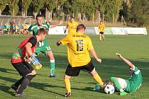 V utkání krajského přeboru fotbalistů porazil Tatran Rousínov (zelené dresy) FK Mutěnice 4:1.