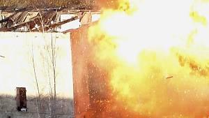 Při požáru explodovaly tlakové lahve. Cvičení hasičů poslouží i vědeckým účelům