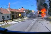Při zásahu u požáru jeřábu v Kozlanech na Vyškovsku se ve čtvrtek 30. července zranili tři hasiči.