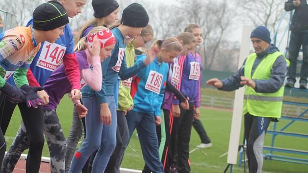 Atletický rok AHA Vyškov každoročně uzavírá Mikulášský běh, stejně tomu bylo i minulou sobotu. Na stadion Za Parkem dorazilo početné startovní pole mnoha věkových kategorií. Samozřejmě nechyběl Mikuláš, anděl a dokonce trio čertů.