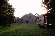 Na novém hřišti v Nových Sadech jsou herní prvky postavené ze dřeva. Tak, aby se hodily do tamní přírodní krajiny.