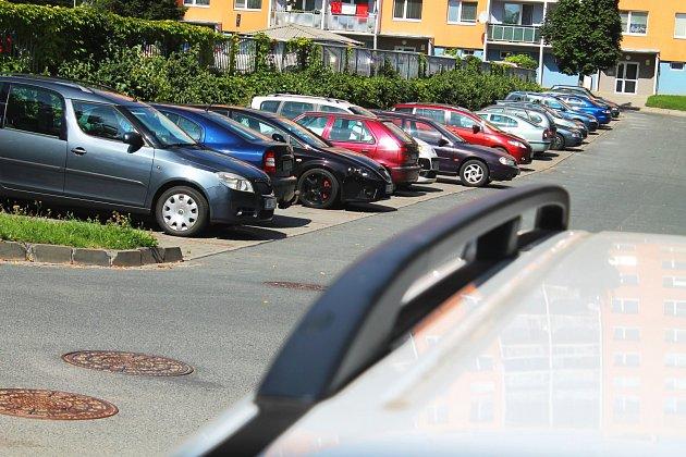 Díky tomu, že se vuplynulých letech zvýšil počet parkovacích míst na Sídlišti Osvobození ve Vyškově očtvrtinu, zlepšila se tam iprůjezdnost.