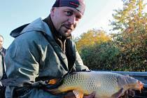 Suché letní počasí rybám tolik neublížilo. V Jandovce jich bylo přes dvacet metráků.