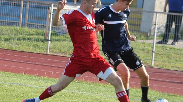 V utkání 26. kola Moravskoslezské fotbalové ligy prohrál domácí SK Uničov (červené dresy) s MFK Vyškov 1:2.