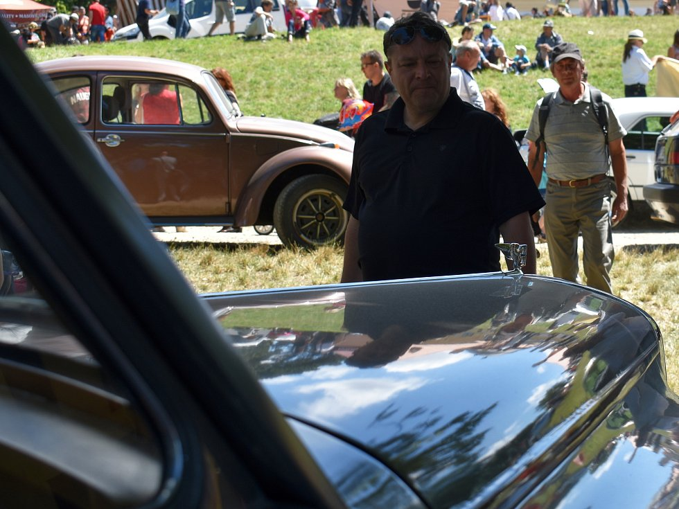 Veteranfest ve Slavkově u Brna navštívilo přes deset tisíc lidí, kteří obdivovali celkem tisíc dvacet aut, motorek a dalších veteránů.