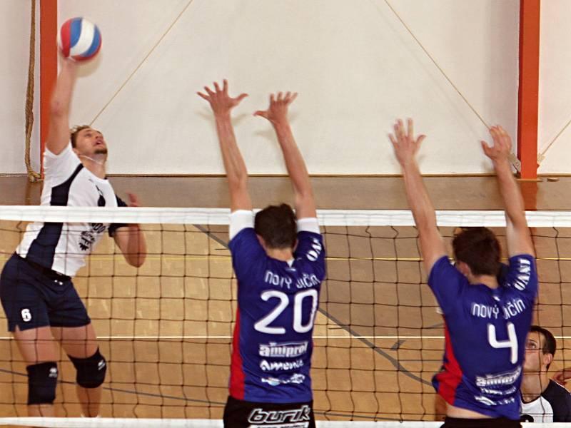 V úvodním dvoukole druhé ligy porazili volejbalisté TJ Holubice (v bílých dresech) TJ Nový Jičín 3:0 a 3:1.