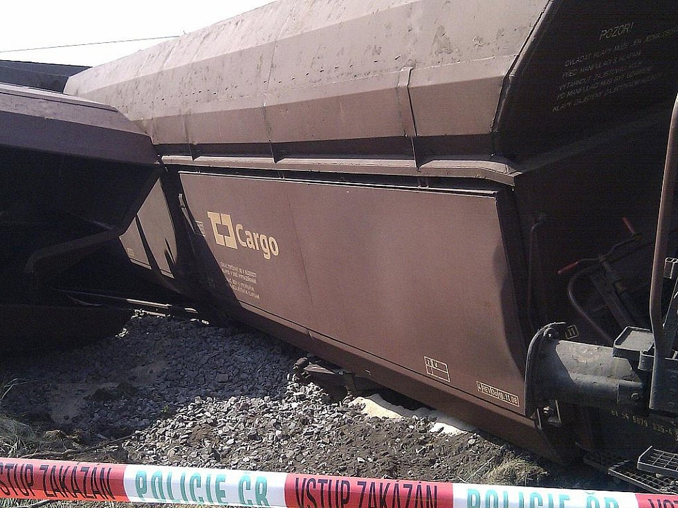 Nehoda nákladního vlaku zaměstnala hasiče v neděli po půl jedné odpoledne. U Křižanovic u Vyškova totiž vykolejil vlak.