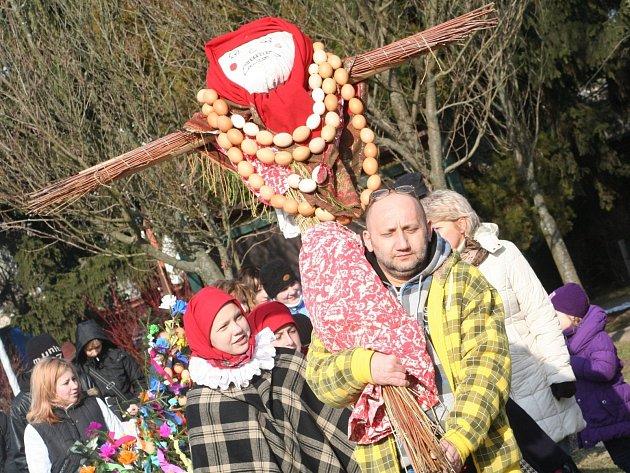 Předposlední březnovou sobotu ve vyškovském Zooparku vynesli zimu a přivítali jaro.