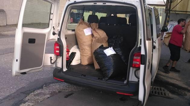 Děti s vojáky za osm měsíců nasbírali 280 kilogramů víček od PET lahví.