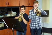 Patnáctiletí Matěj Červinka (vpravo) a Petr Kramář spolu začali hrát na trubku před třemi lety. Od té doby je z nich úspěšné duo, které sklízí úspěchy na soutěžích.