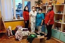 Hasiči stáli za sbírkou pyžamek do nemocnice.