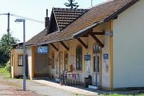 Dolní nádraží v Křenovicích, u kterého se ve čtvrtek a pátek bude opravovat přejezd.