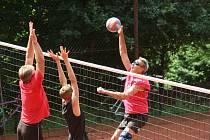 Kromě hrubé letní přípravy začínají od soboty pro volejbalisty i příjemnější prázdninové chvíle. Jsou tu letní turnaje pod otevřeným nebem a ty mají vždy zvláštní atmosféru. Navíc se na nich objevují nové tváře.