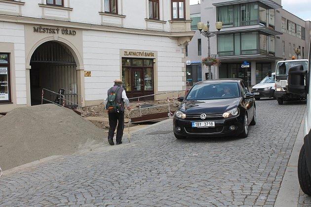 Vyškovští chodci se vdobě oprav proplétají mezi auty.