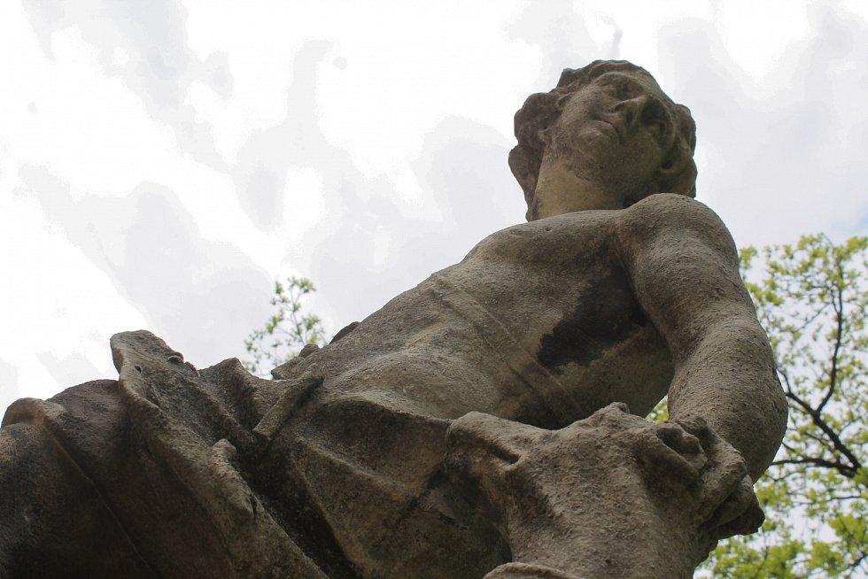 Odborný průzkum stavu soch je prvním krokem k jejich restauraci.