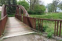 Počmárané, poškozené, s vytrhanými výztužemi i vykopnutými latěmi od zábradlí. Tak dopadly tři dřevěné pěší mosty přes Litavu a jeden přes potok Prostředníček ve Slavkově u Brna.