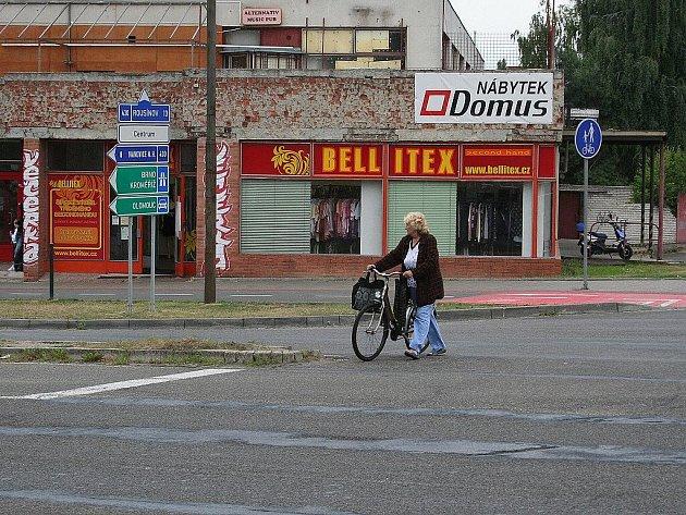 Před Dukelskou ulici od prodejny Hruška lidé stále přechází mimo přechod.