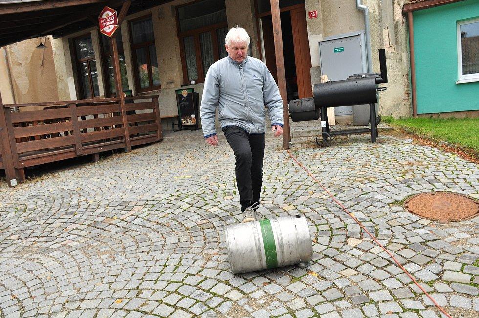 S humorem se Vítovičtí hospodští vyrovnali se zavřenou hospodou. Pivo vylili do potoka, ale přitom pobavili štamgasty.