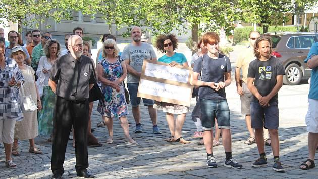 Před budovou Knihovny Karla Dvořáčka se sešly desítky lidí demonstrujících proti premiéru Babišovi a ministryni Benešové