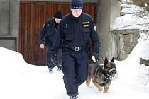 Policisté kontrolují chatovou oblast v Pístovicích.
