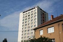 """Obyvatelé poukazují na nekvalitně provedenou rekonstrukci vyškovského """"věžáku""""."""