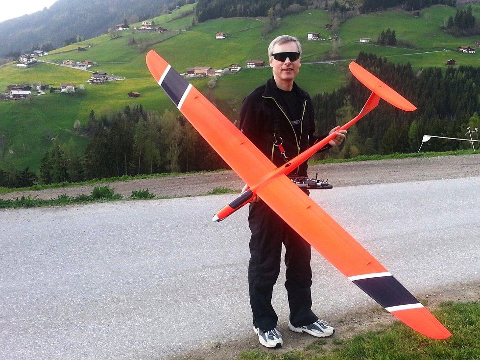 """Jako malý přečetl nynější ředitel vyškovského gymnázia Václav Klement hodně knih o letectví. Zkoušel konstruovat modely letadel, se kterými létal a účastnil se s nimi soutěží. """"V patnácti letech jsem se stal mistrem republiky v kategorii svahových větroňů"""