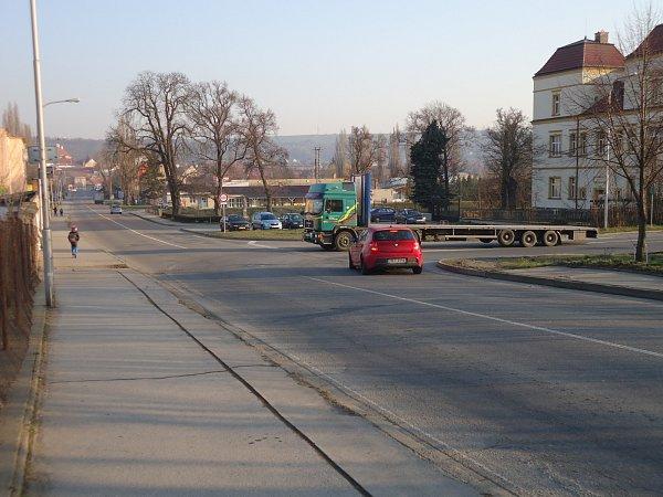 Křižovatka na ulici Československé armády, které se změní vkruhovou. Díky tomu se může začít se stavbou obchodního domu.