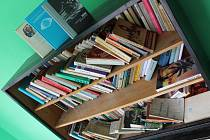 Půjčovna knih na zastávce ve Váženech nad Litavou funguje od začátku června.