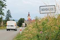 Tráva v některých úsecích podél silnic Vyškovska začíná přerůstat.