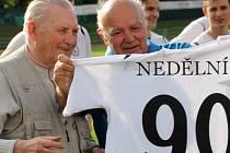 Jan Nedělník (vlevo) při oslavách svých devadesátin. Slavnostní dres mu předává tehdejší předseda klubu Štěpán Pataki.